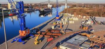 Rendsburg Port profiliert sich  als Partner der Windenergie – Spezialkrane verladen Turmsegmente