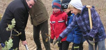 Kinder  der Grundschule Hüttener Berge pflanzten einen neuen Wald