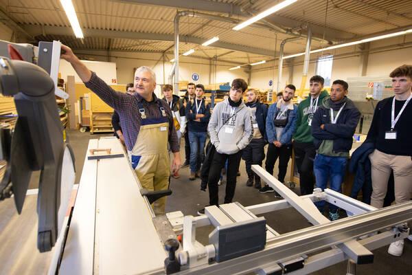Hobby-Wohnwagenwerk empfängt 60 spanische Schüler zur Werksbesichtigung